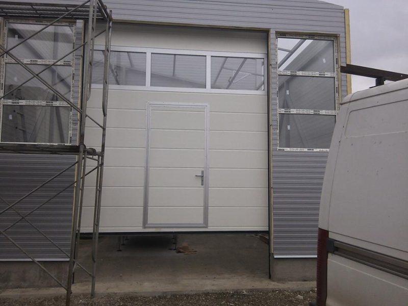 usa de garaj alba cu panou sticla